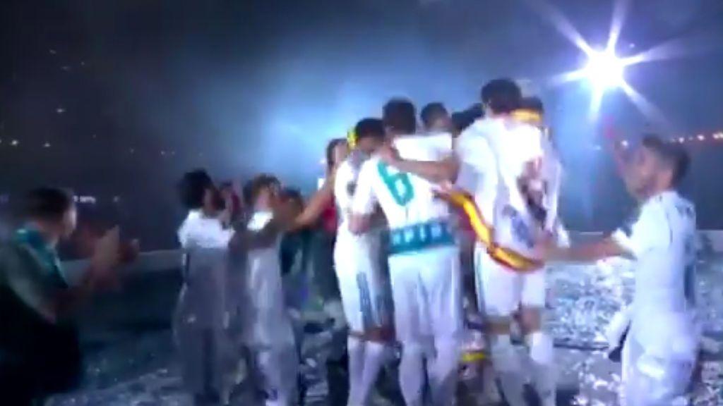 """El Bernabéu y la plantilla se vuelca con su estrella: """"¡Cristiano, quédate!"""""""