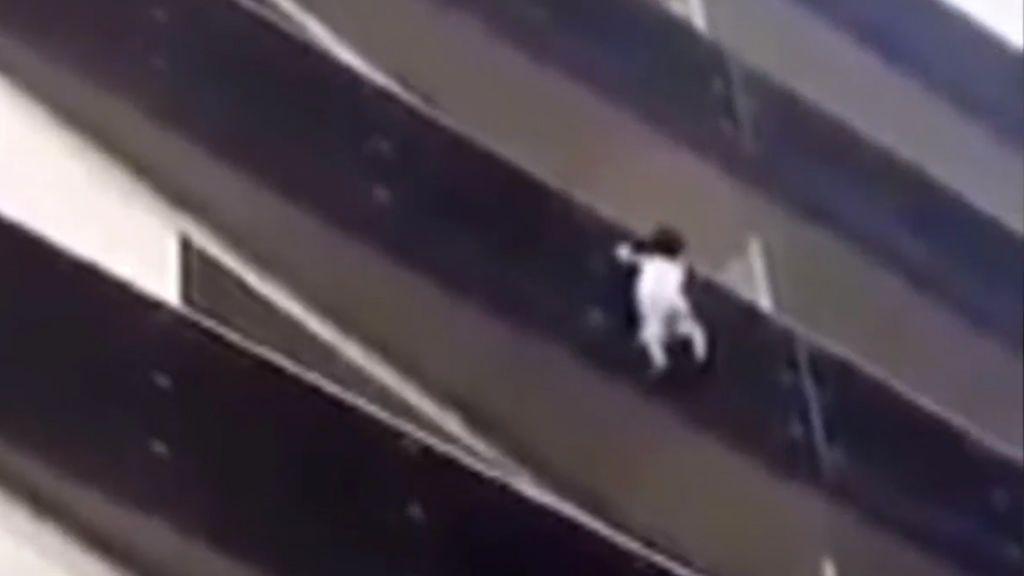 El padre del niño rescatado de un balcón en París se retrasó por jugar a Pokémon Go