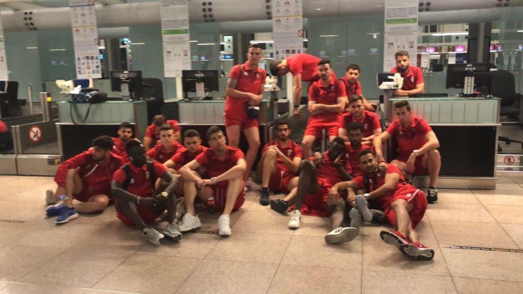 El día negro del Algeciras F.C: caen derrotas en los playoffs, se avería su avión y les pierden las maletas