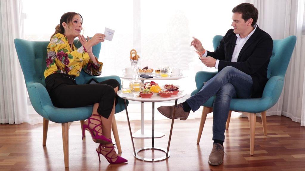 Tamara Gorro y Albert Rivera, durante la entrevista del primer programa de 'Un like para...'.