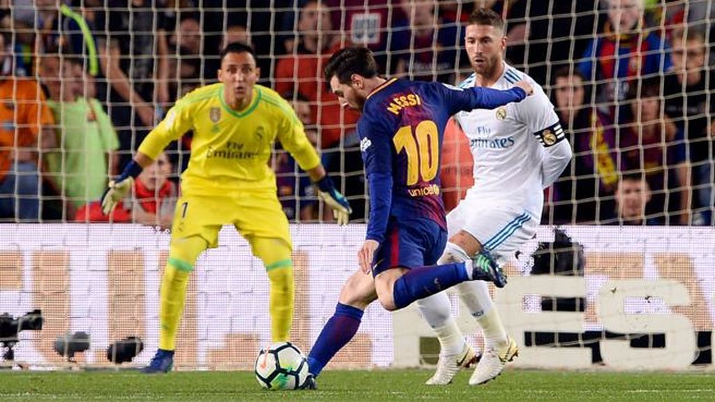 Messi dispara para marcar el 2-1 en el partido disputado por el Barcelona y el Real Madrid el 6 de mayo de 2018.