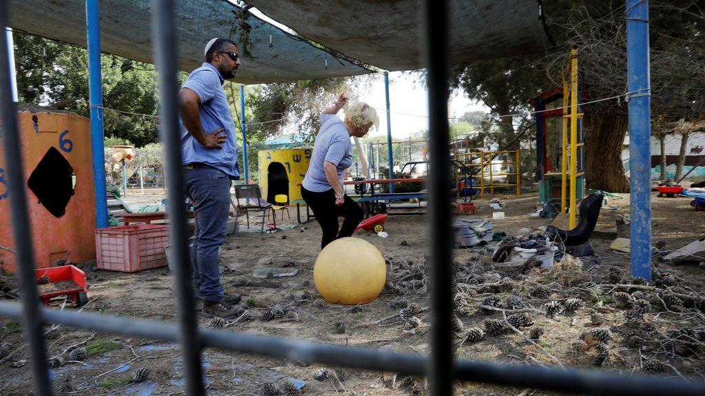 El patio de una guardería, dañado por proyectiles de mortero