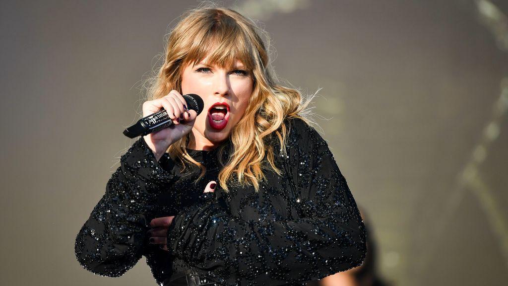 """Un reportero aconseja a Taylor Swift """"que se duche"""" y sus seguidores se indigan"""