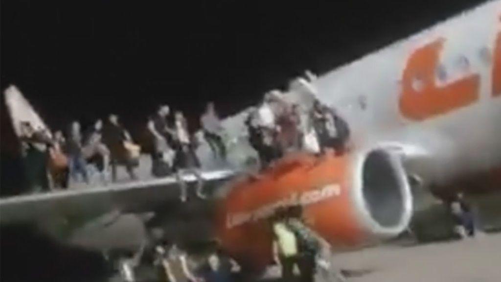 Bromeó con una bomba y los pasajeros saltaron desde el ala — Indonesia