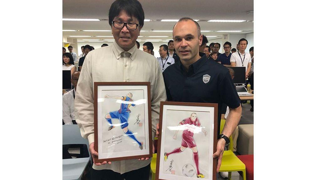 Yoichi Takahashi y Andrés Iniesta posan con las ilustraciones manga del jugador del Vissel Kobe de Japón.