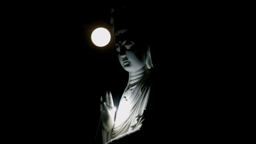 Luna llena durante la celebración del Día de Vesak