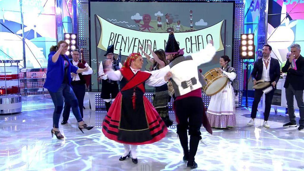 ¡Chelo y Carlota bailan y se emocionan al son de las gaitas !