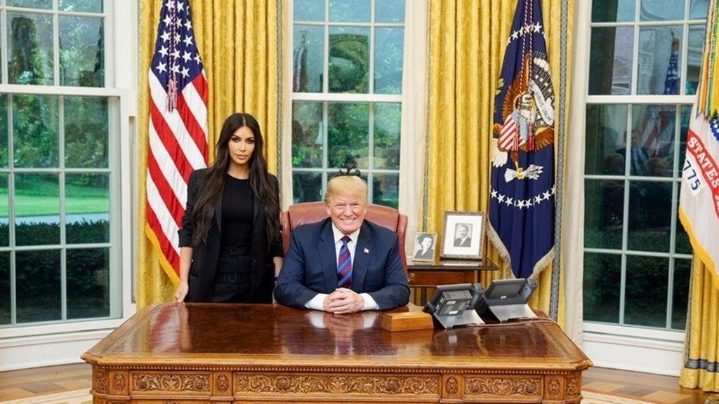 Kim Kardashian y Donald Trump, en el despacho oval de la Casa Blanca.