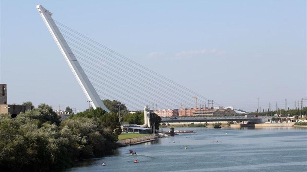 Muere un adolescente en Sevilla tras arrojarse supuestamente al río y no lograr salir