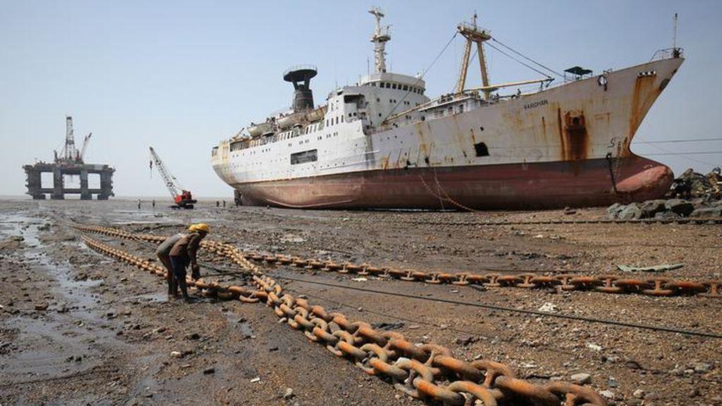 Trabajadores desmantelan una plataforma petrolera en India
