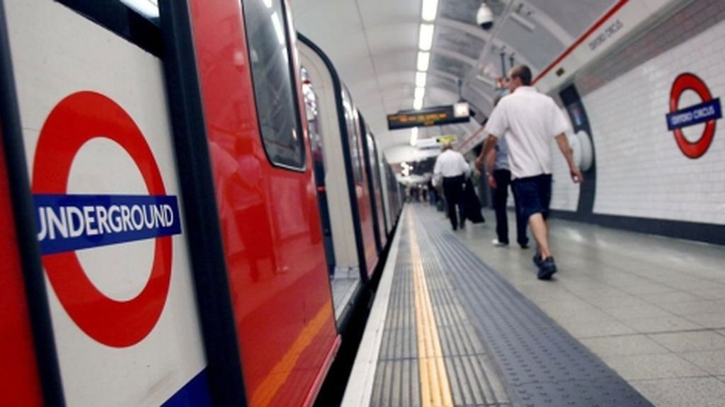 Escapa de un ataque sexual al saltar dentro del tren cuando las puertas se cerraban