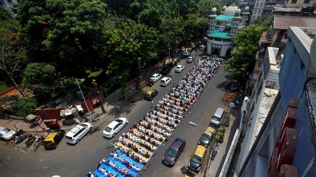 Cientos de musulmanes rezan frente a una mezquita en India