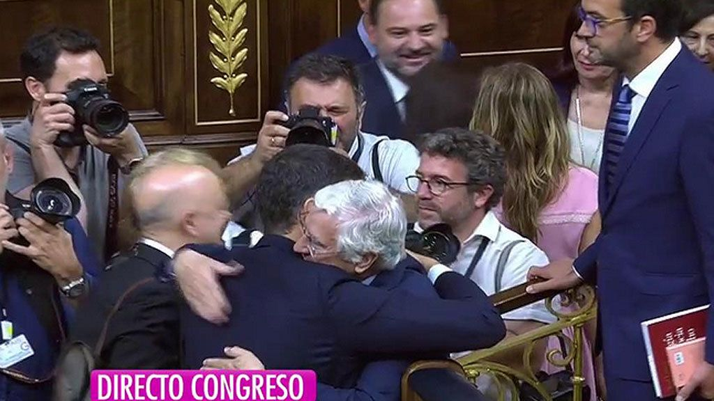 El de Pablo Iglesias e Irene Montero y los abrazos más significativos de la llegada de Pedro Sánchez a la Presidencia del Gobierno