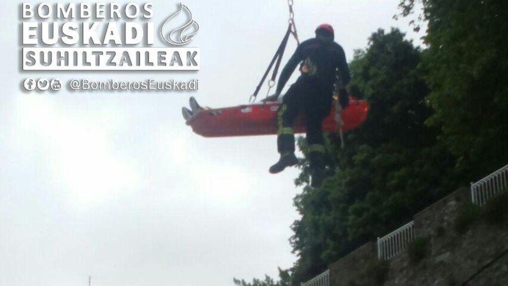 Rescatan en Bilbao a un joven que cae a un tejado