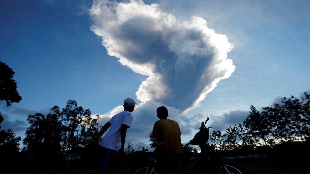 El volcán Monte Merapi entra en erupción