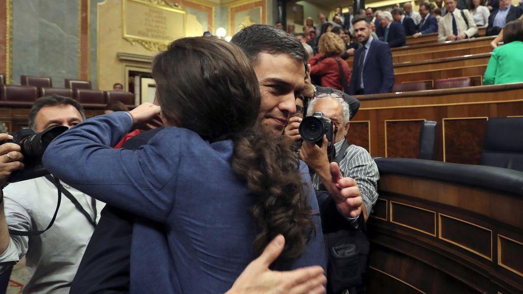 Pedro Sánchez se abraza con Pablo Iglesias