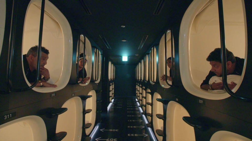 El hotel de los horrores: Los Fernández Navarro alucinan con las camas cápsulas de Japón