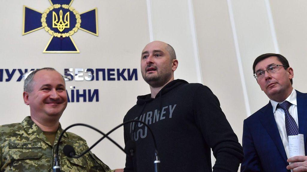El fiscal general, Yurij Lutsenko, Arkadi Babchenko y el director del servicio de inteligencia ucraniano (SUB), Vasili Gritsak, en la rueda de prensa del 30 de mayo de 2018 en Kiev.
