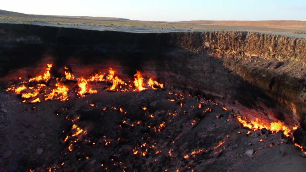 """¡Apocalíptico! La puerta al infierno o """"Pozo de Darvaza"""" guarda organismos vivos a más de 400 grados"""