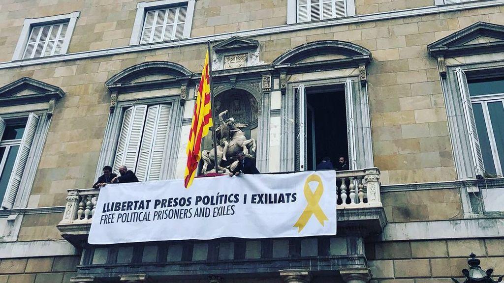 """Torra cuelga una pancarta en la Generalitat en apoyo a los """"presos políticos"""""""