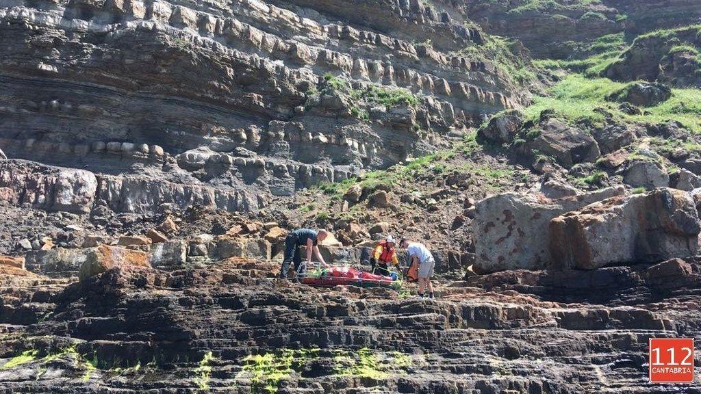 rescatado en helicóptero tras caer 8 metros por un acantilado de Ajo