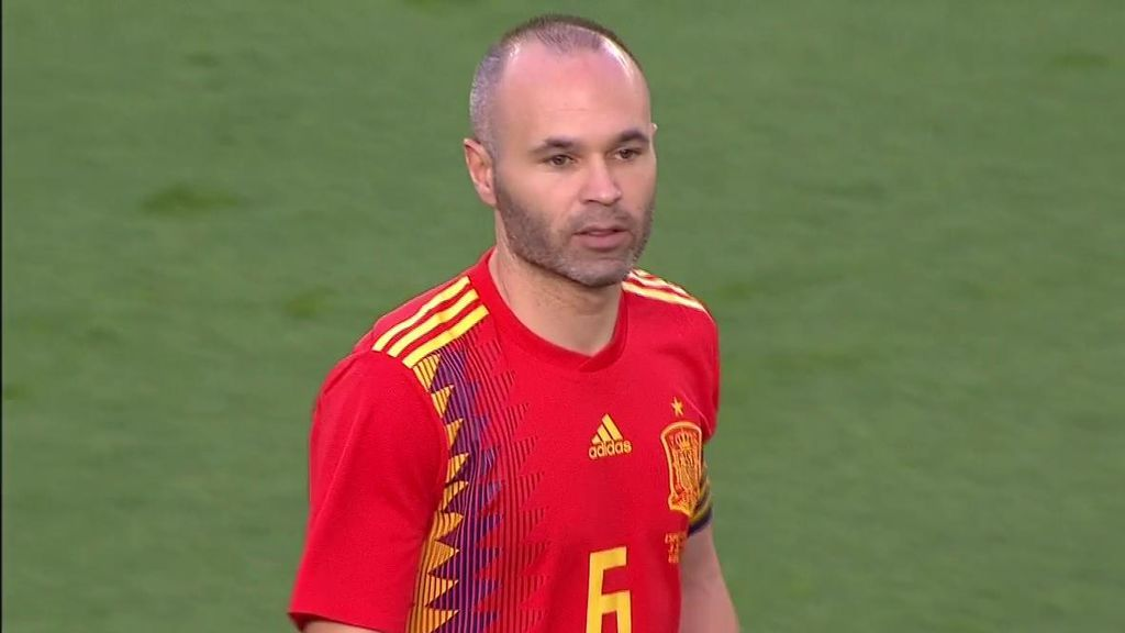 El Estadio de la Cerámica ovacionó a Iniesta antes del pitido inicial