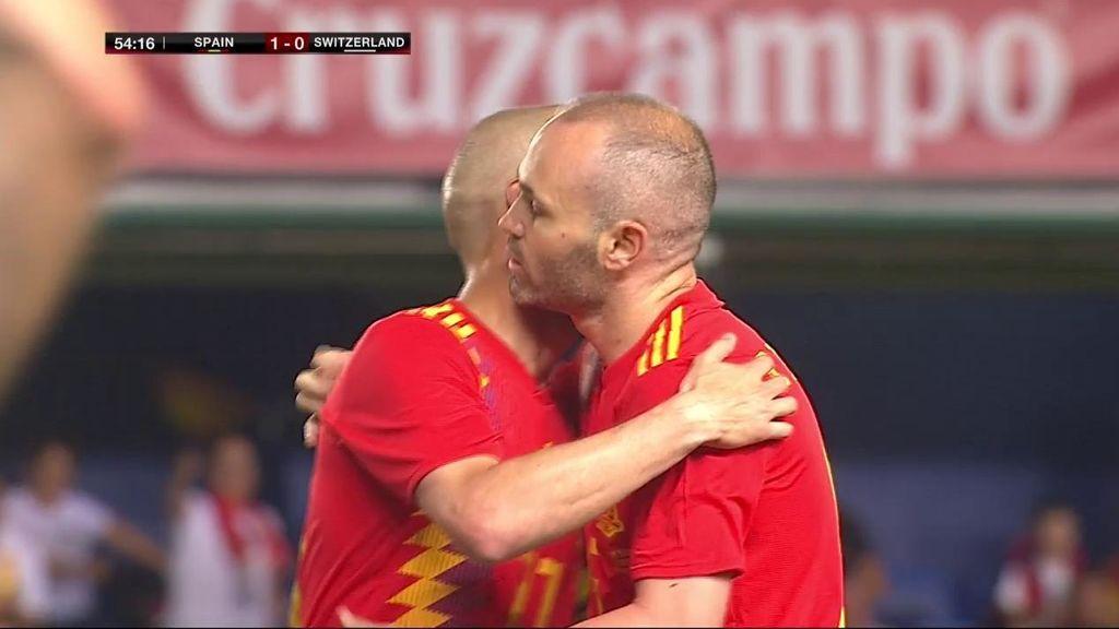Todo el estadio se puso en pie para despedir a Iniesta en su último partido en España