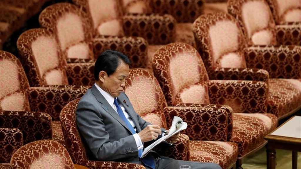 El ministro de Finanzas de Japón devolverá su sueldo de un año por su implicación en un caso de corrupción
