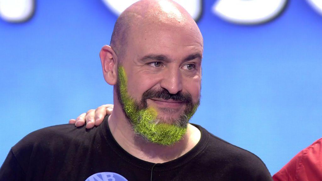 Óscar cumple su promesa y se tiñe la barba de verde fosforito