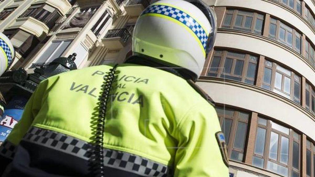 Un presunto maltratador es sorprendido por la policía mientras acorrala a su pareja