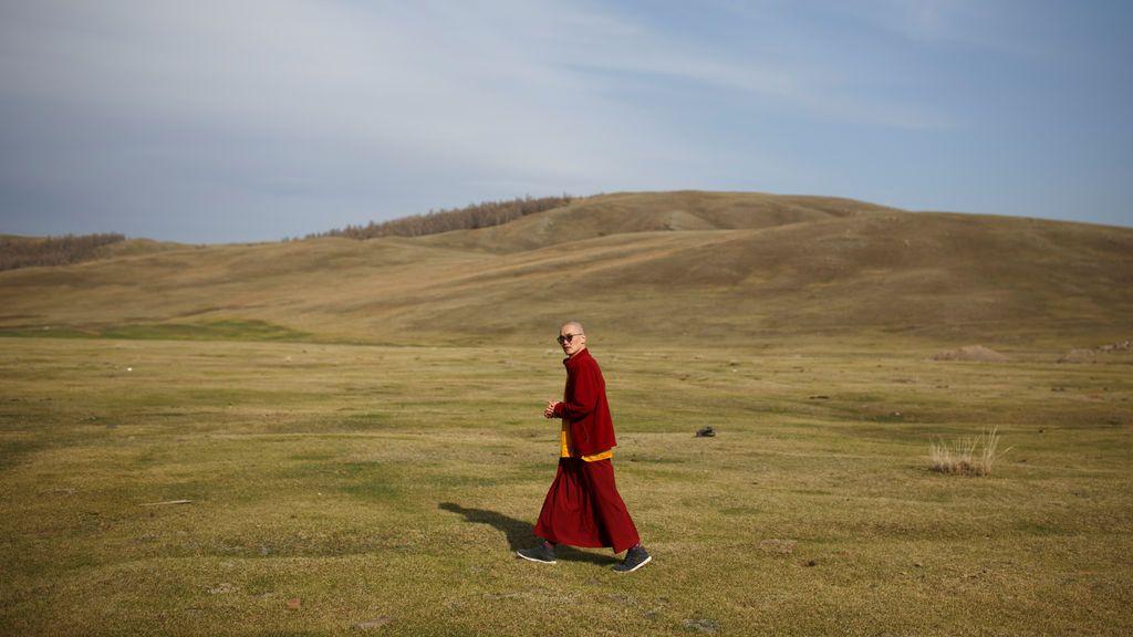 Un monje budista pasea por Mongolia