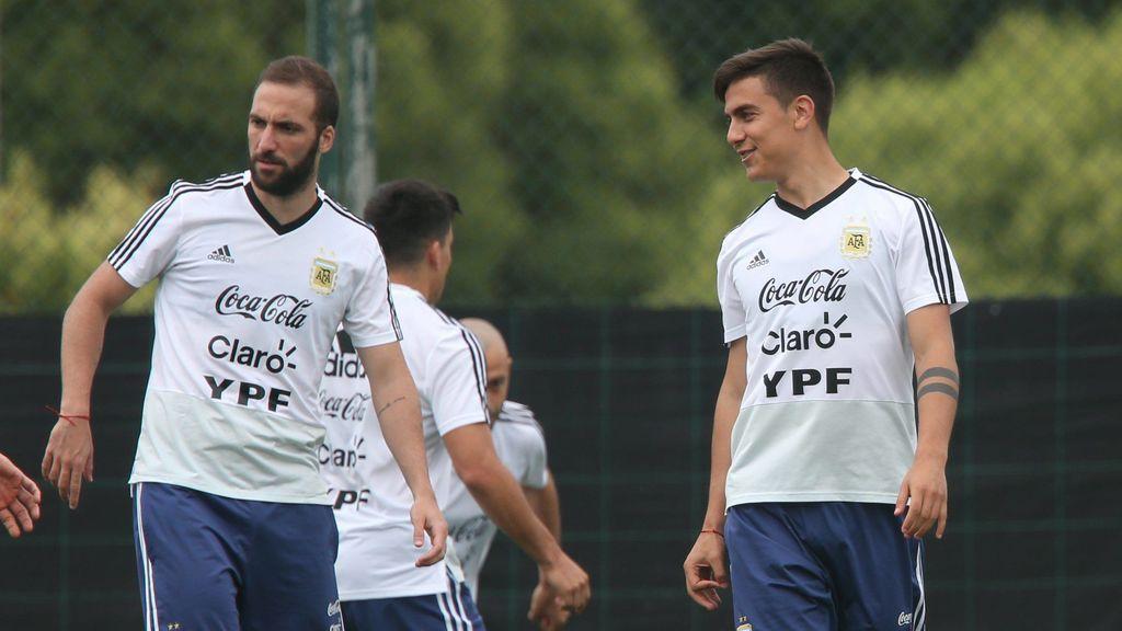 Argentina se ríe de Higuaín después de 'fallar' un abrazo con Paulo Dybala
