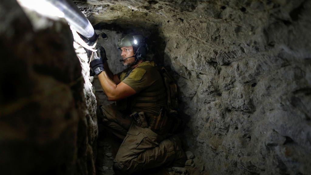 Inspección de un túnel ilegal en la frontera de México
