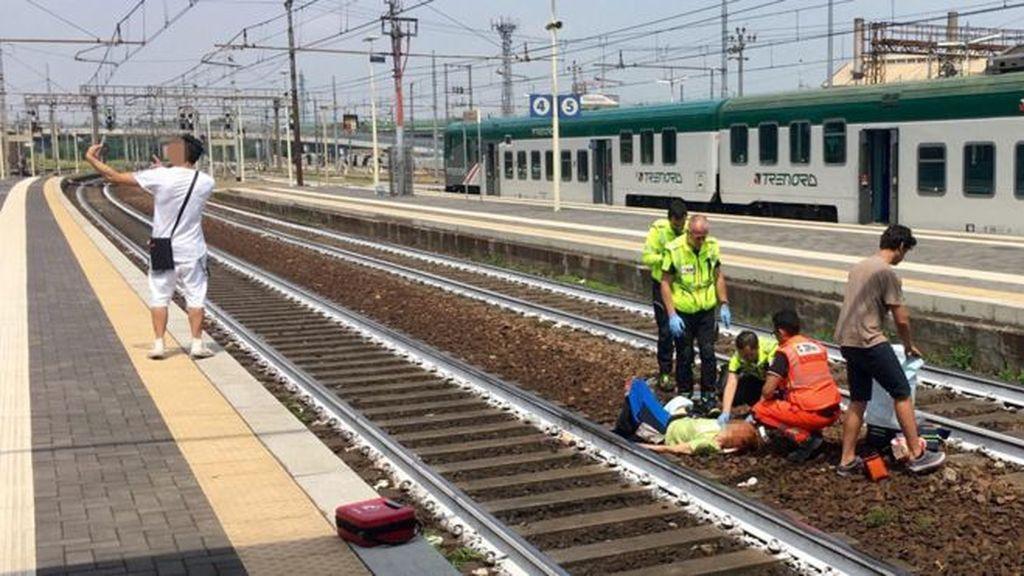 Italia en shock: Un joven se hace un selfie con una mujer atropellada por un tren
