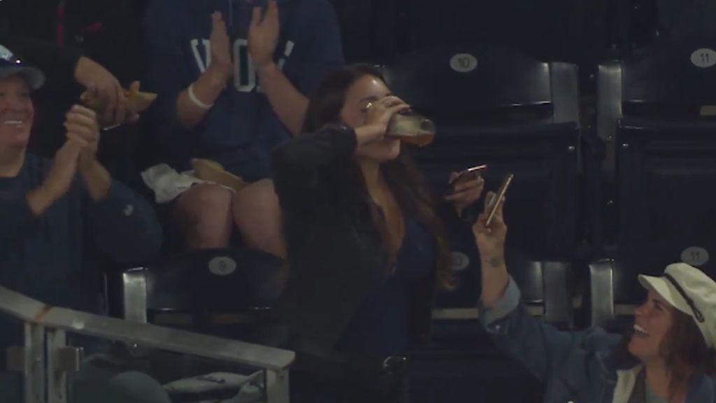 Salva la pelota de béisbol con su vaso de cerveza, se la bebe de un trago y le piden matrimonio por las redes sociales