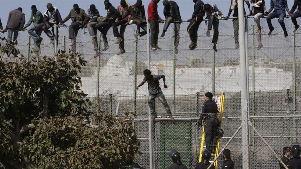 Unos 400 migrantes intentan saltar la valla de Ceuta