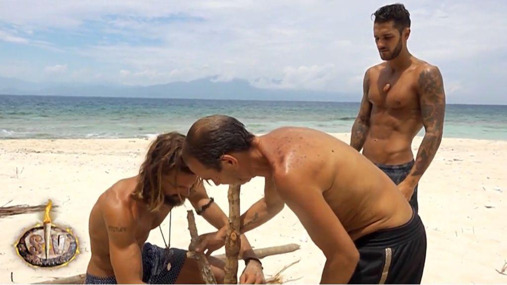 Logan Sampedro, Maestro Joao y Hugo Paz construyen un tendedero en Cayo Paloma.