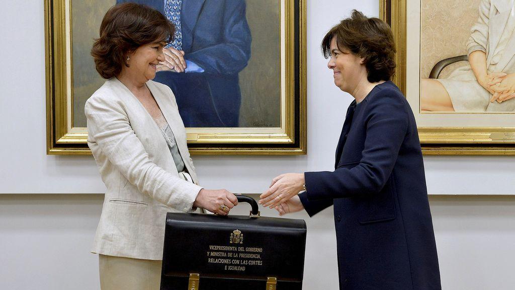 Carmen Calvo recibe su cartera de manos de Soraya Sáenz de Santamaría