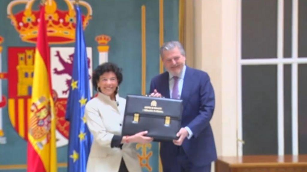 Isabel Celaá recibe la cartera de Educación de manos de Íñigo Méndez de Vigo