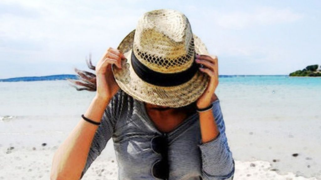 What-To-Wear-On-The-Beach-Hat