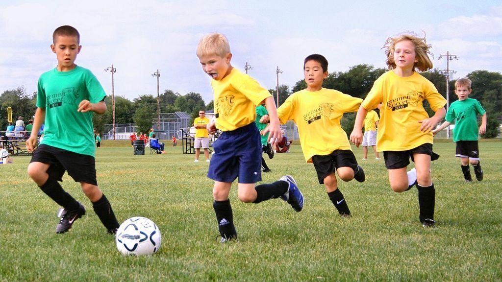 Fútbol, baloncesto, rugby…: los mejores campus deportivos para niños que se celebran este verano en España