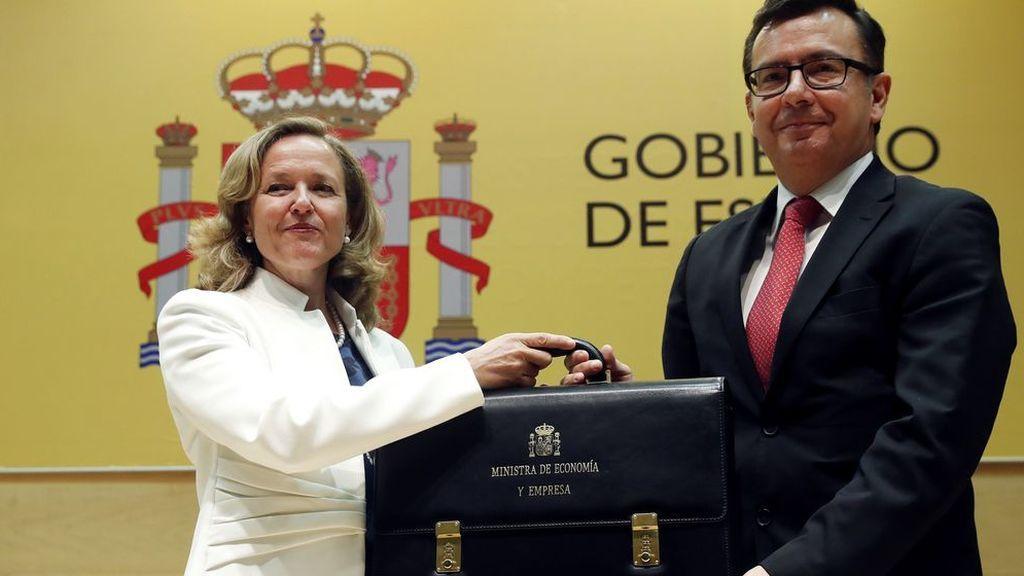 La ministra de Economía, Nadia Calviño, recibe la cartera de su antecesor Román Escolano.