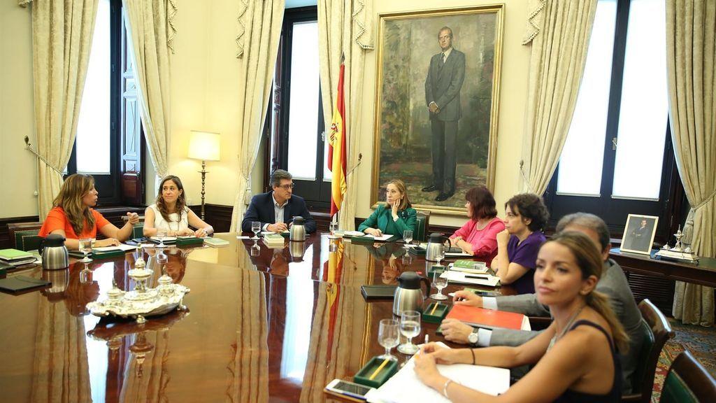 Ana Pastor preside la Mesa del Congreso de los Diputados.