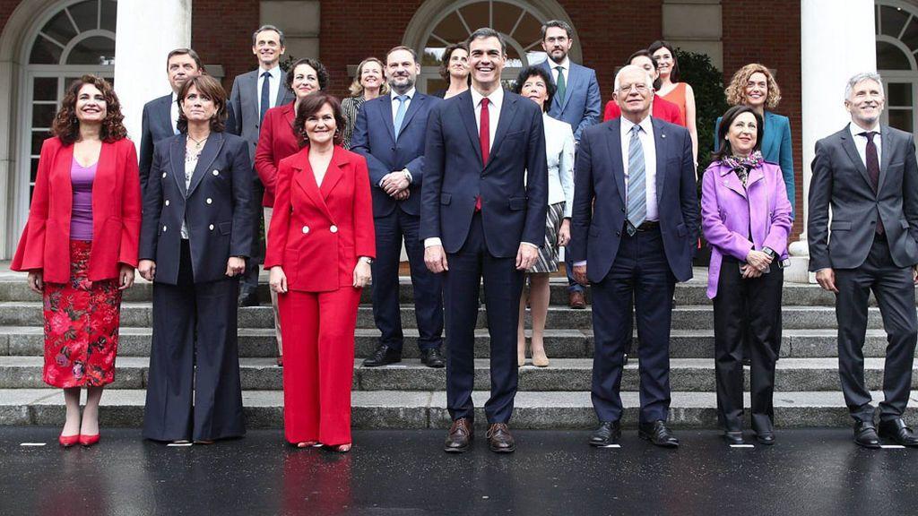 Rojo, morado y sonrisa XXL: analizamos el posado tras el primer Consejo de Ministros