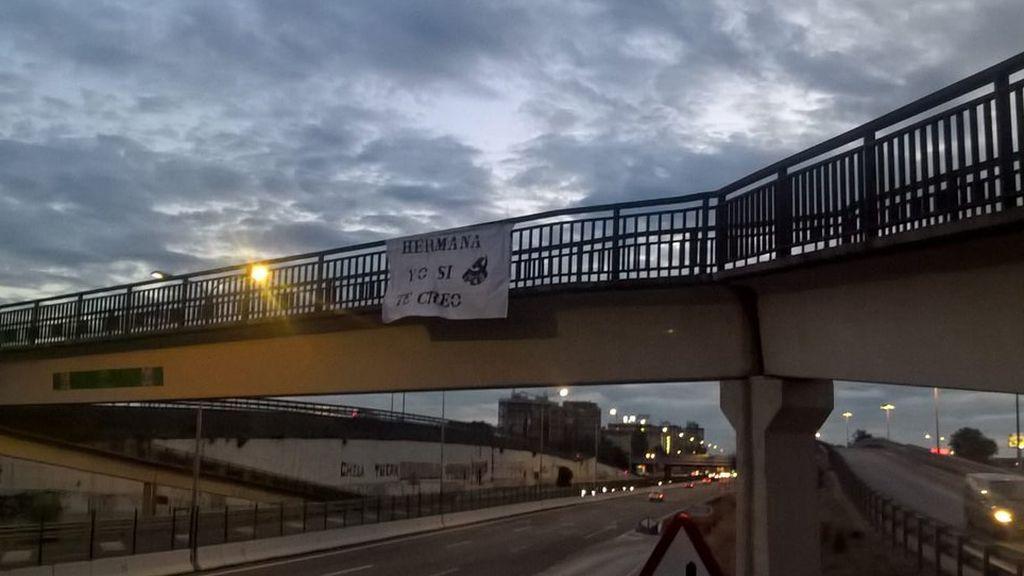 Colocan carteles y pancartas en Sevilla en apoyo a la víctima de 'La Manada'