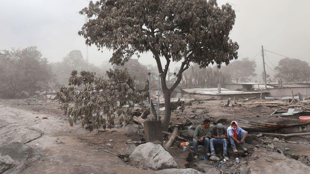 Pausa durante las labores de rescate por el volcán Fuego