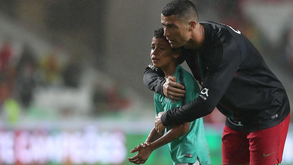 ¡El momento más tierno de Cristiano con su hijo! Consejos y confidencias bajo la lluvia del Estádio da Luz
