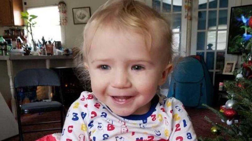 Muere un bebé de un año después de que su abuela lo dejara en el coche