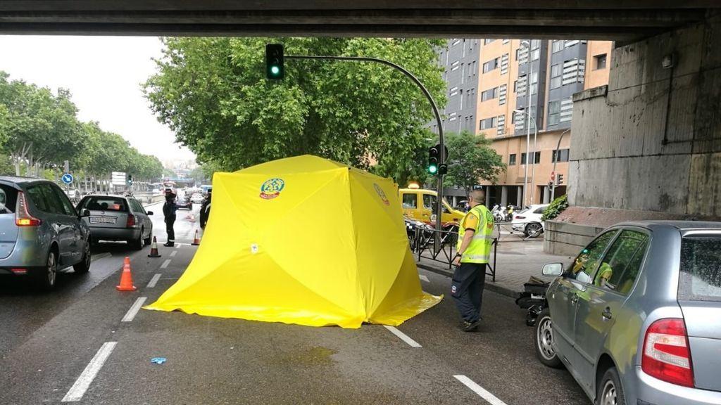 Muere un joven al caer de su moto y ser arrollado por un camión en Méndez Álvaro