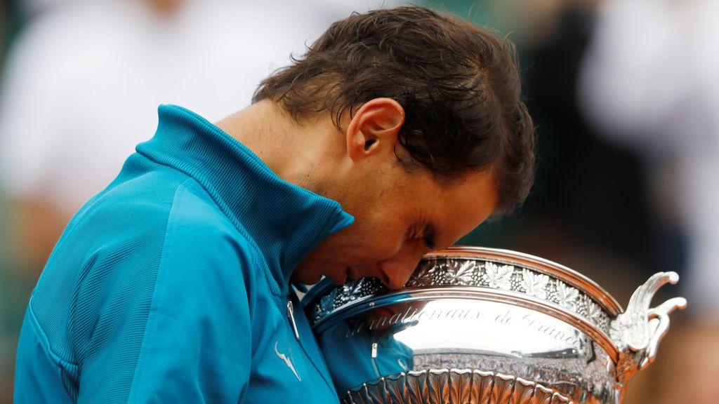 Rafa Nadal no puede contener las lágrimas tras la ovación después de ganar su undécimo Roland Garros